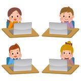 Ordenador portátil y niños Imagenes de archivo