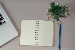 Ordenador portátil y papel de carta imagen de archivo