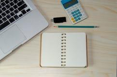 Ordenador portátil y papel de carta fotografía de archivo libre de regalías