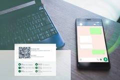 Ordenador portátil y smartphone con charla abierta del whatsapp imágenes de archivo libres de regalías