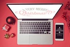 Ordenador portátil y smartphone con las decoraciones de la Navidad Mofa de la Navidad encima de la plantilla Visión desde arriba Foto de archivo