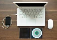 Ordenador portátil y Smartphone para el concepto de la música de la sincronización Imagen de archivo