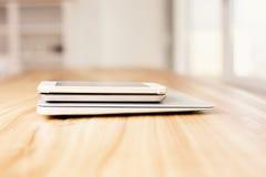 Ordenador portátil y smartphones Imagenes de archivo