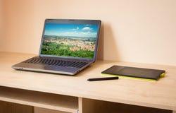 Ordenador portátil y tableta de gráficos Fotos de archivo