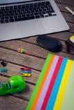 Ordenador portátil y tableta digital con los materiales de oficina Foto de archivo libre de regalías