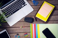 Ordenador portátil y tableta digital con los materiales de oficina Foto de archivo