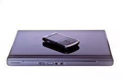 Ordenador portátil y teléfono celular móvil Foto de archivo