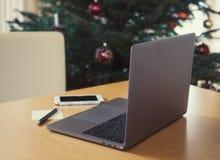 Ordenador portátil y teléfono elegante en la tabla Imagen de archivo