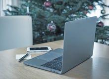 Ordenador portátil y teléfono elegante en la tabla retro Fotografía de archivo libre de regalías
