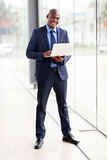Ordenador portátil africano del hombre de negocios Imagen de archivo