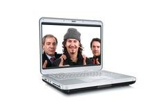 Ordenador portátil con los hombres con los pulgares para arriba Fotos de archivo libres de regalías