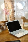 Ordenador portátil en hogar retro Fotos de archivo libres de regalías