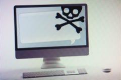 Ordenador que exhibe fraude de Internet y la advertencia del timo en la pantalla Fotos de archivo libres de regalías
