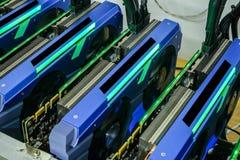 Ordenador que trabaja para la explotación minera del bitcoin Foto de archivo
