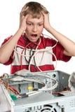 Ordenador quebrado. El niño está experimentando. Imagen de archivo libre de regalías