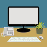 Ordenador, teléfono en el escritorio de trabajo