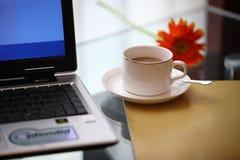 Ordenador y café Imagenes de archivo