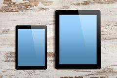 Ordenador y mini grandes con la pantalla aislada imagen de archivo libre de regalías