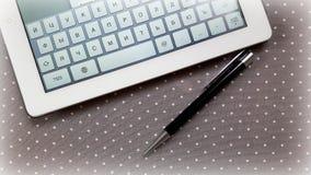 Ordenador y pluma en la tabla Foto de archivo libre de regalías