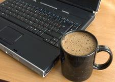 Ordenador y taza de café Foto de archivo libre de regalías
