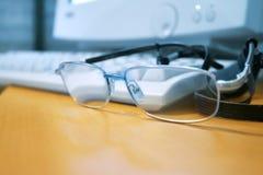 Ordenador y vidrios Imagenes de archivo