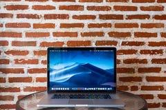Ordenadores de Macbook en la tabla imagen de archivo libre de regalías