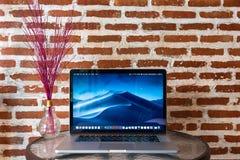 Ordenadores de Macbook en la tabla fotos de archivo