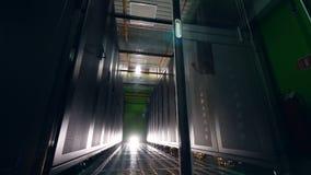 Ordenadores en los estantes en un cuarto grande del servidor almacen de metraje de vídeo