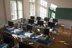 Ordenadores en sala de clase Fotografía de archivo libre de regalías