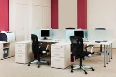 Ordenadores en un escritorio Imagen de archivo