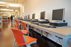 Ordenadores en una biblioteca del estudiante Fotos de archivo