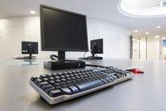 Ordenadores en una oficina imagen de archivo