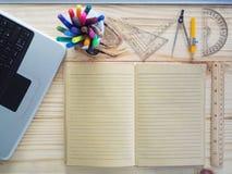 Ordenadores, lápices, cuadernos y herramientas de dibujo en los tableros de madera Significado del trabajo del diseño foto de archivo libre de regalías