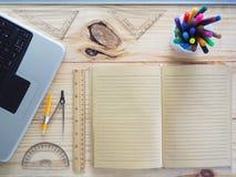 Ordenadores, lápices, cuadernos y herramientas de dibujo en los tableros de madera Significado del trabajo del diseño imágenes de archivo libres de regalías
