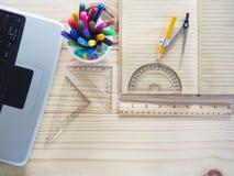 Ordenadores, lápices, cuadernos y herramientas de dibujo en los tableros de madera Significado del trabajo del diseño fotos de archivo