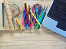 Ordenadores, lápices, cuadernos y herramientas de dibujo en los tableros de madera Significado del trabajo del diseño imagen de archivo libre de regalías