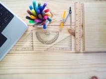 Ordenadores, lápices, cuadernos y herramientas de dibujo en los tableros de madera Significado del trabajo del diseño fotografía de archivo