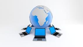 Ordenadores portátiles alrededor del globo Concepto de la red global Foto de archivo libre de regalías