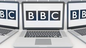 Ordenadores portátiles con el logotipo británico de la BBC de la corporación de radiodifusión en la pantalla Editorial conceptual Fotografía de archivo
