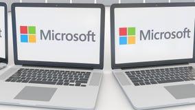 Ordenadores portátiles con el logotipo de Microsoft en la pantalla Clip conceptual del editorial 4K de la informática, lazo incon almacen de video