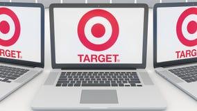 Ordenadores portátiles con el logotipo de Target Corporation en la pantalla Representación conceptual del editorial 3D de la info Foto de archivo