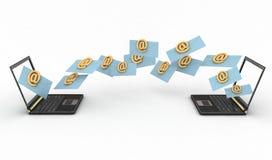 Ordenadores portátiles con las letras entrantes vía email Foto de archivo libre de regalías