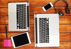 Ordenadores portátiles de la gente que trabaja junto Foto de archivo libre de regalías