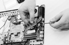 Ordenadores portátiles de la reparación, primer de manos y ordenador viejo desmontado Ð'lack y fotografía blanca imagen de archivo
