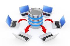 Ordenadores portátiles dispuestos en un círculo alrededor de un servidor con AR roja que brilla intensamente Foto de archivo