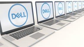 Ordenadores portátiles modernos con Dell Inc LOGOTIPO Representación conceptual del editorial 3D de la informática Imágenes de archivo libres de regalías
