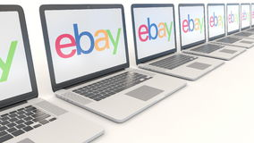 Ordenadores portátiles modernos con eBay Inc LOGOTIPO Clip conceptual del editorial 4K de la informática, lazo inconsútil