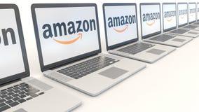 Ordenadores portátiles modernos con el Amazonas logotipo de COM Clip conceptual del editorial 4K de la informática, lazo inconsút