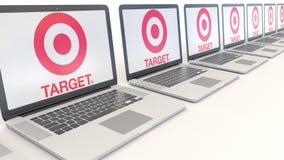 Ordenadores portátiles modernos con el logotipo de Target Corporation Representación conceptual del editorial 3D de la informátic Foto de archivo