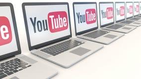 Ordenadores portátiles modernos con el logotipo de YouTube Clip conceptual del editorial 4K de la informática, lazo inconsútil metrajes